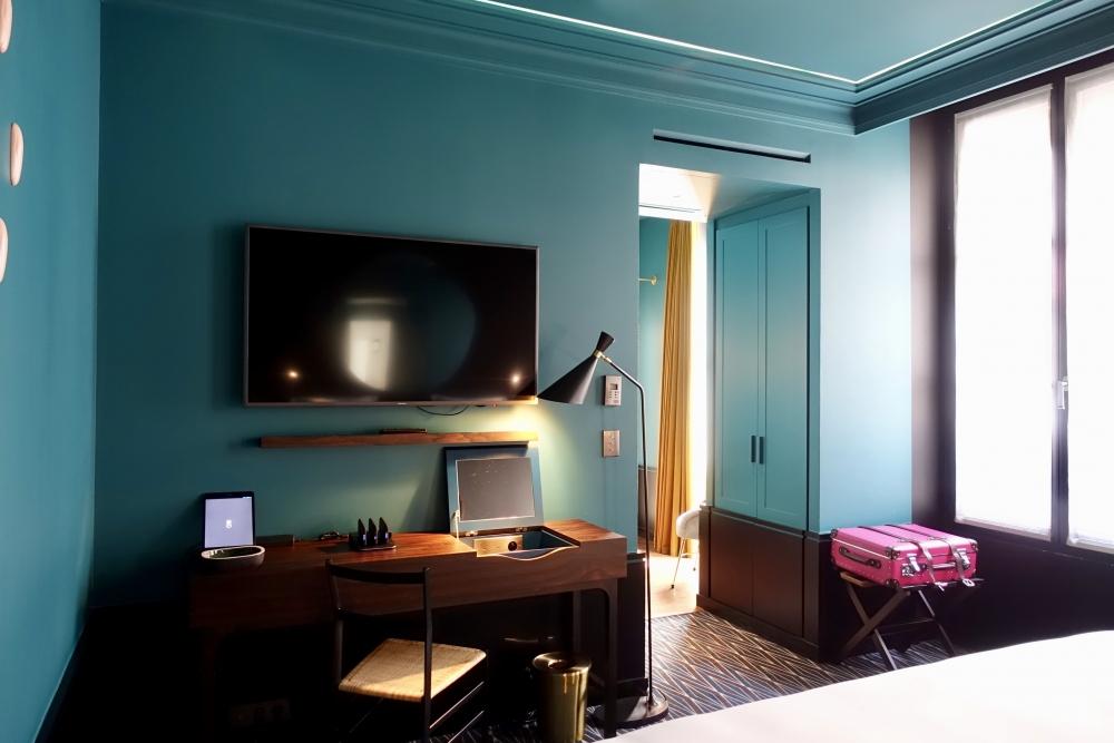 Le roch インダルジェンススイート ベッドルームのワーキングデスク