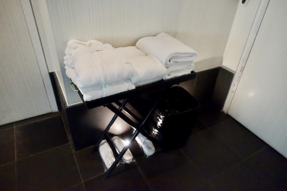 パリ・ル・ロックホテルアンドスパ地下プール備え付けのタオルやバスローブ