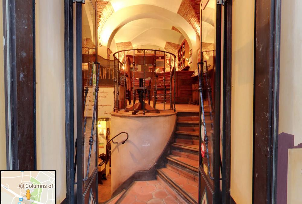 la dogana del Buongusto ドアを開けると階段