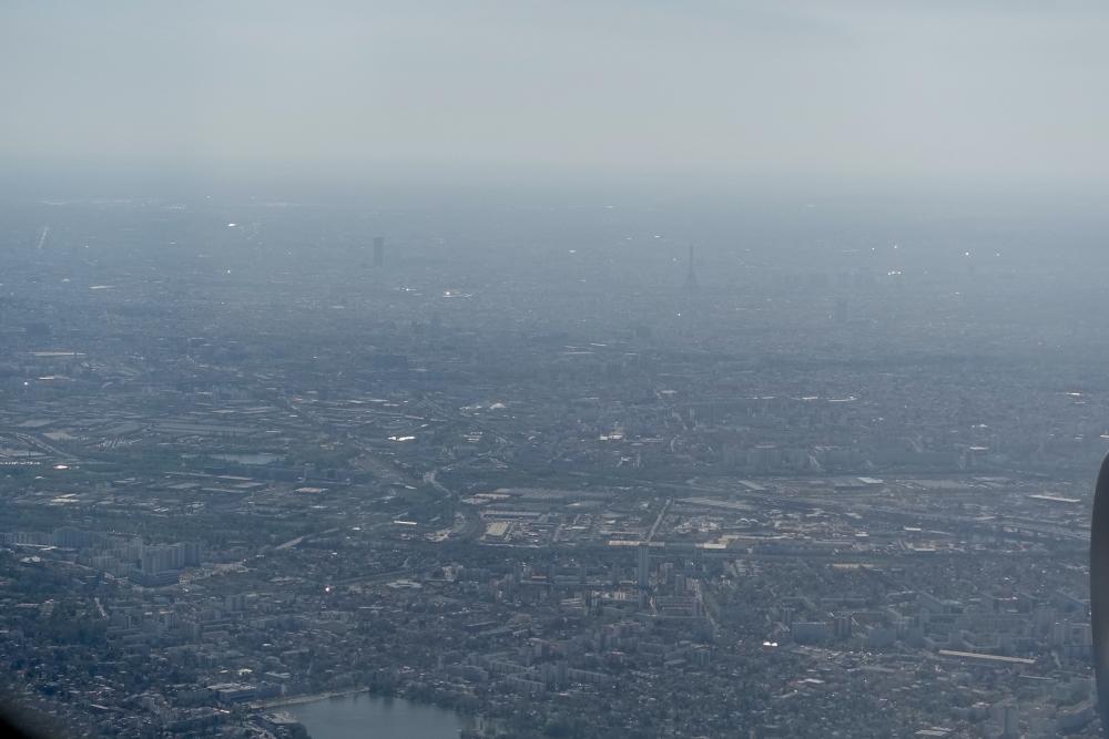 カタール航空39便の機窓から見るパリ