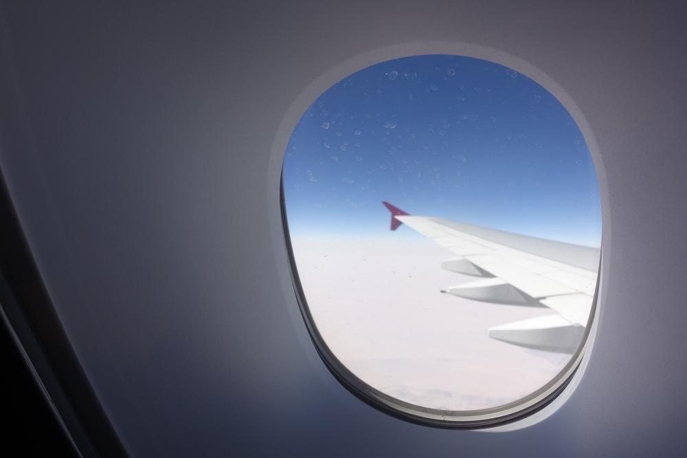 カタール航空A380のバーラウンジから臨む大空