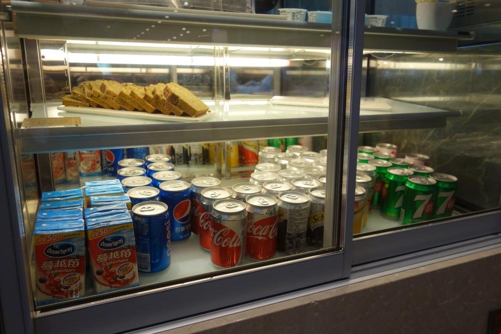 コートヤード台北エグゼクティブラウンジ冷蔵庫にソフトドリンク