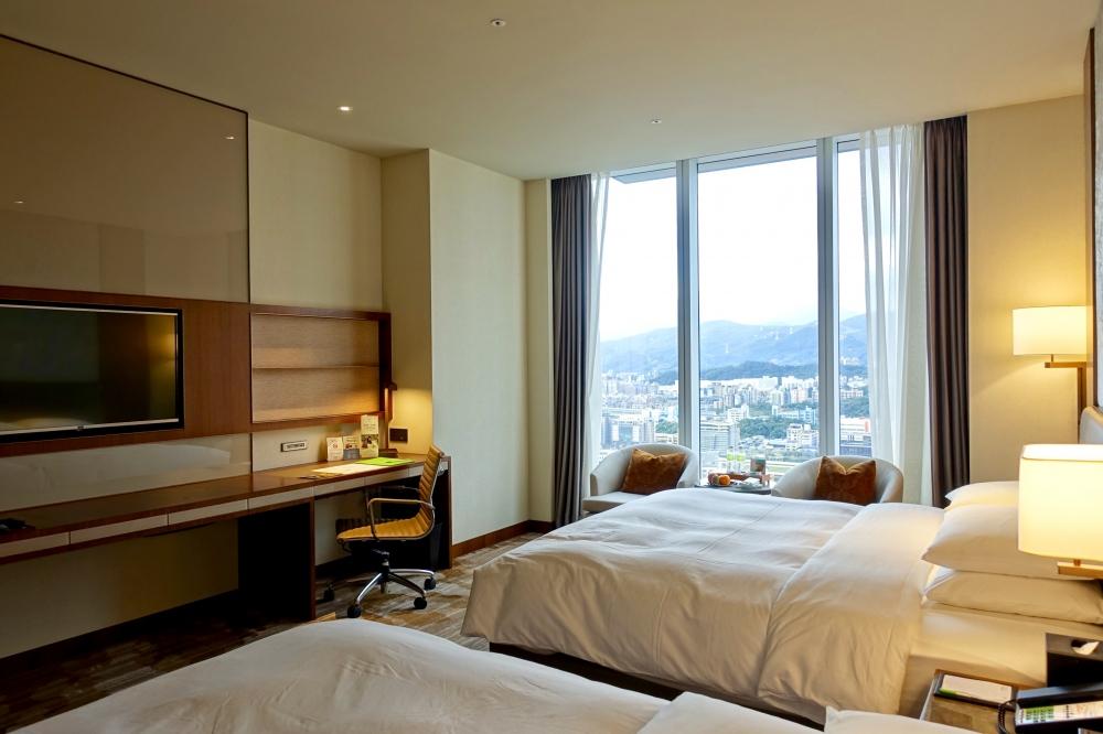 コートヤード台北エグゼクティブルームベッドから窓を見たところ