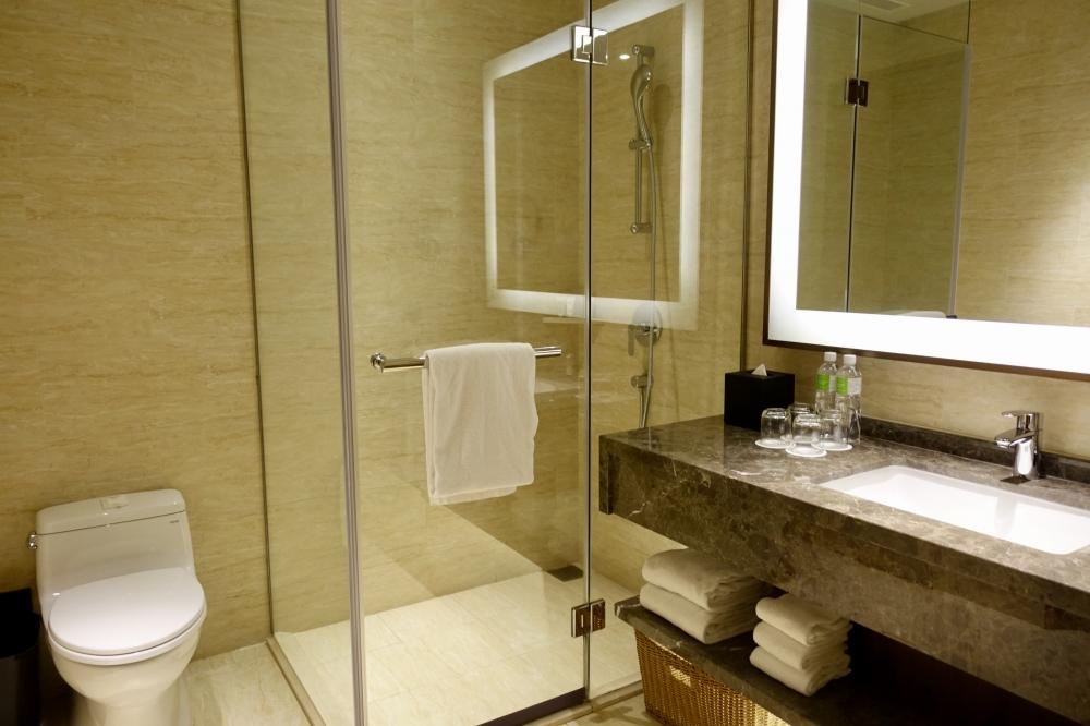 コートヤード台北エグゼクティブルームのシャワーブースとトイレ