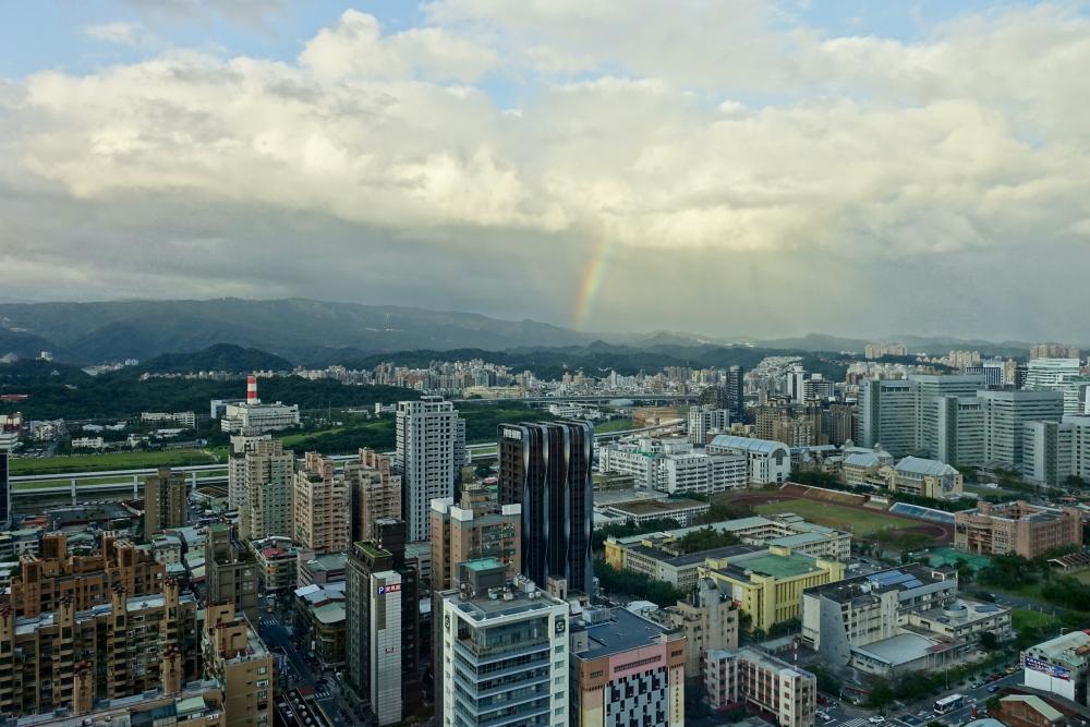 コートヤード台北エグゼクティブルームから虹を眺める