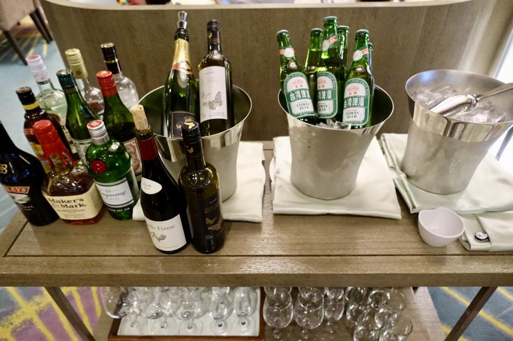 コートヤード台北エグゼクティブラウンジカクテルタイムにはビールやワインなどが提供される