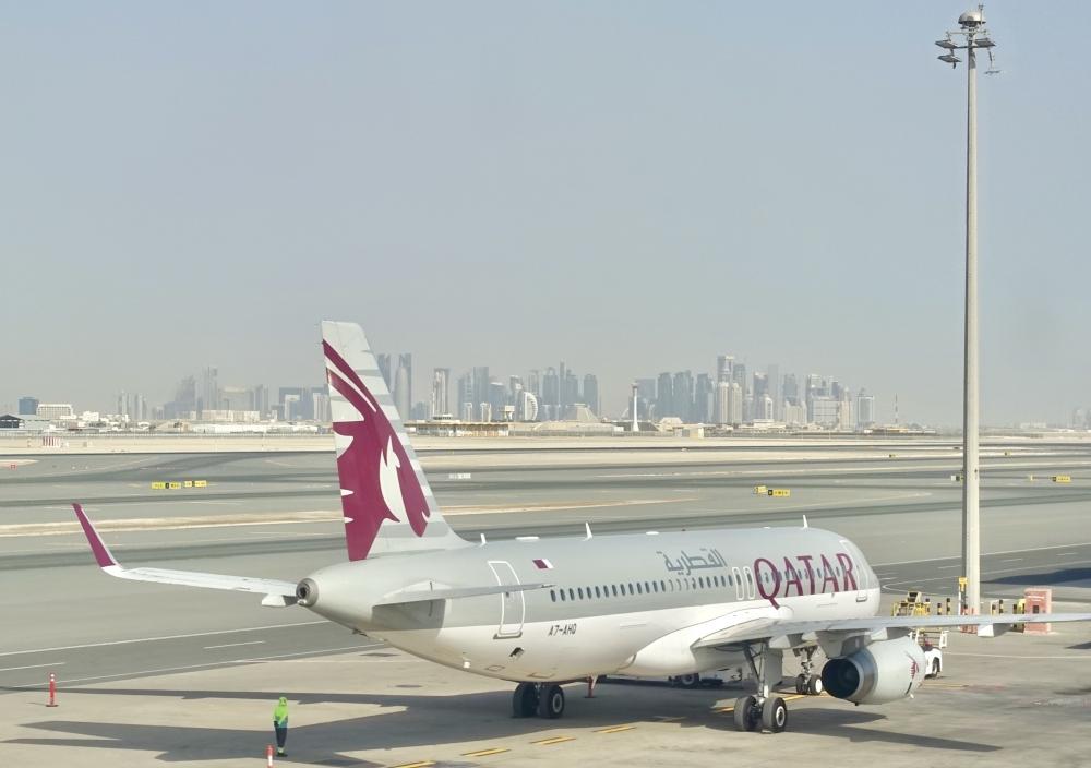 ドーハ・ハマド国際空港の滑走路から臨む高層ビル群