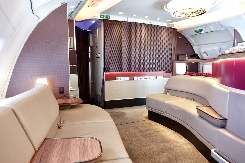 カタール航空A380ビジネスクラスのバーには立派なソファ席も