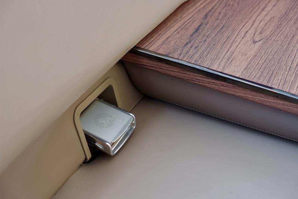 カタール航空A380ビジネスクラスのソファ席はシートベルト付き