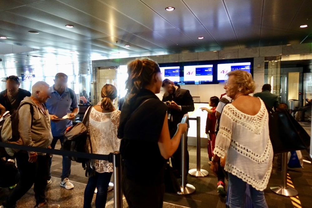 パリ行きQR39便の搭乗待合室入口