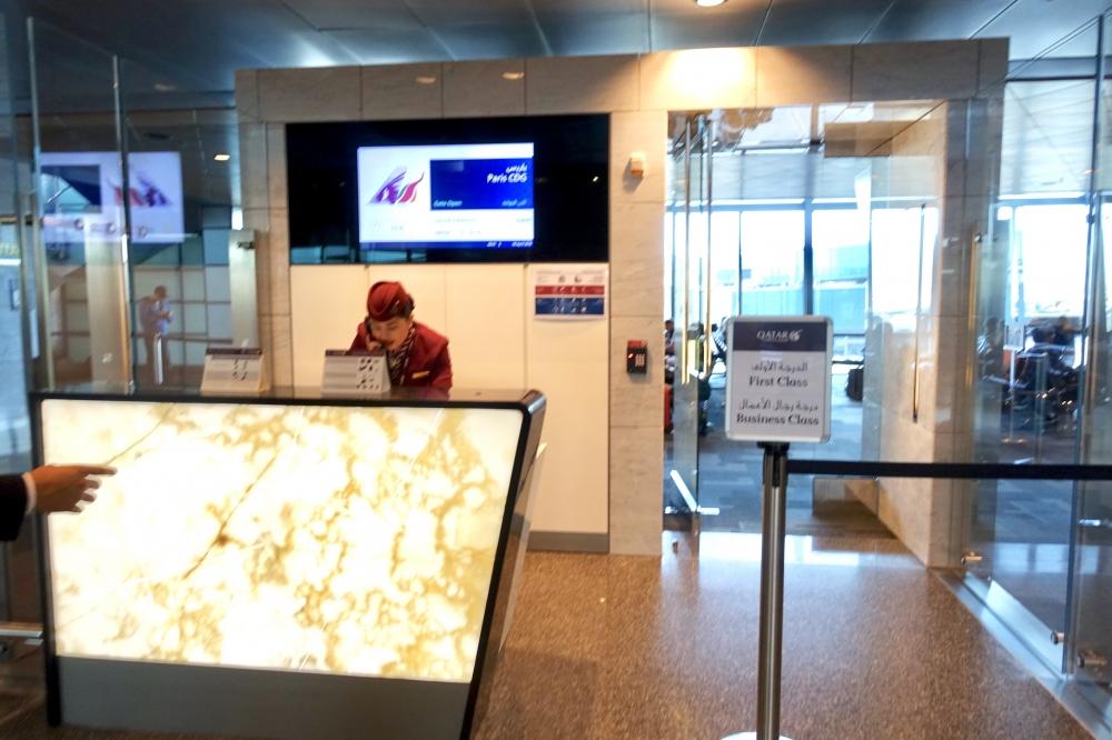 QR39便パリ行きのビジネスクラス専用待合室入口
