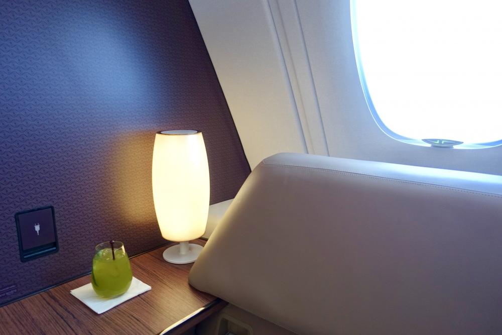 カタール航空A380のバーカウンターでミントのモクテルを注文