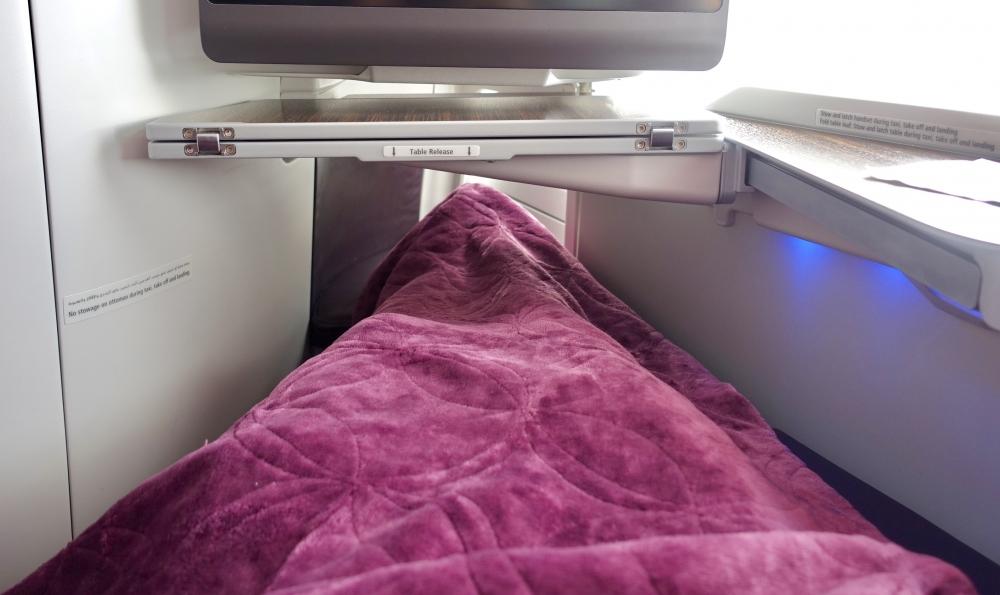ドーハ発パリ行きカタール航空39便ではベッドパッドの提供はなし。毛布のみ