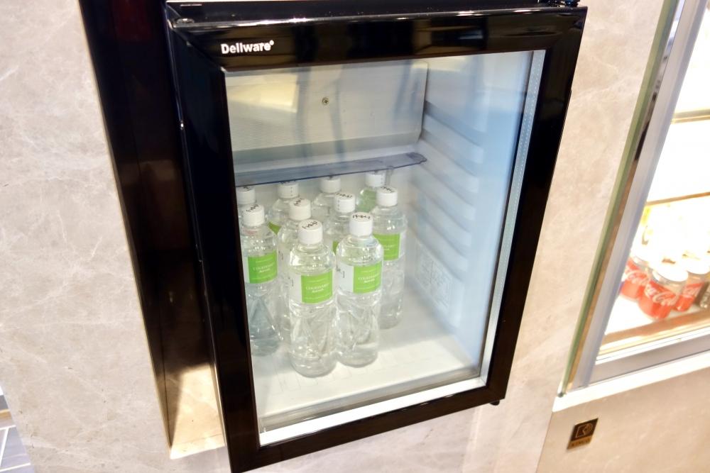 コートヤード台北エグゼクティブラウンジ冷蔵庫にミネラルウォーター