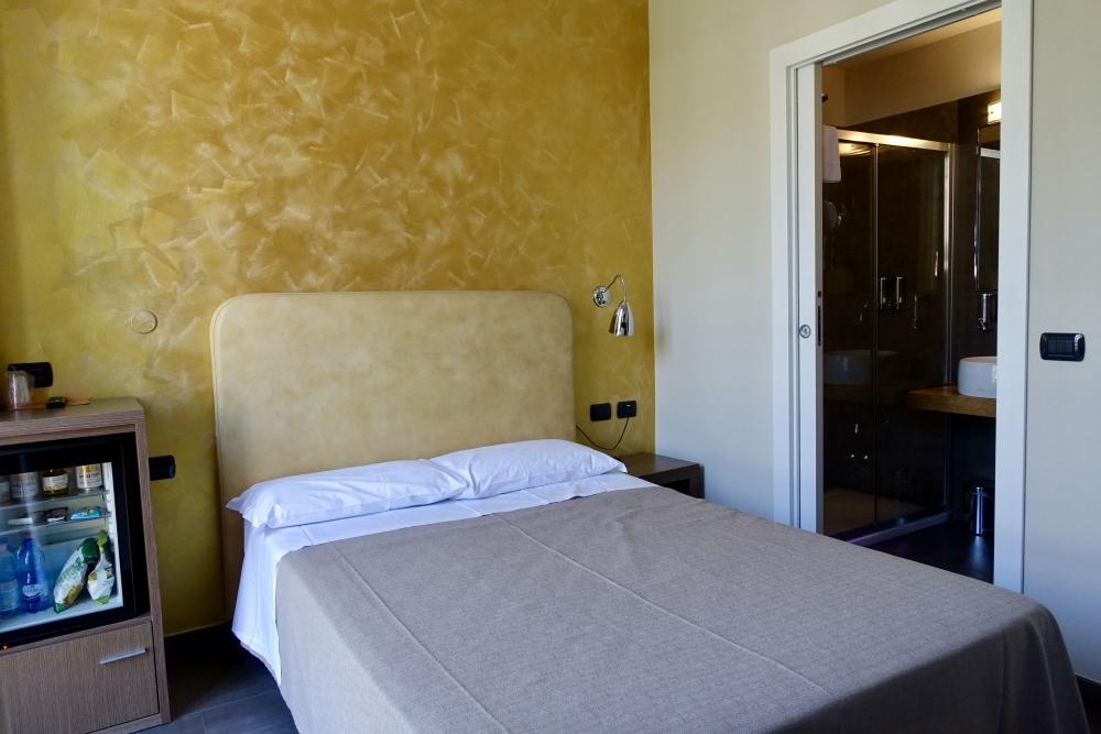 イタリア・ミラノ・ビオシティ・シングルルームのベッド脇にバスルーム