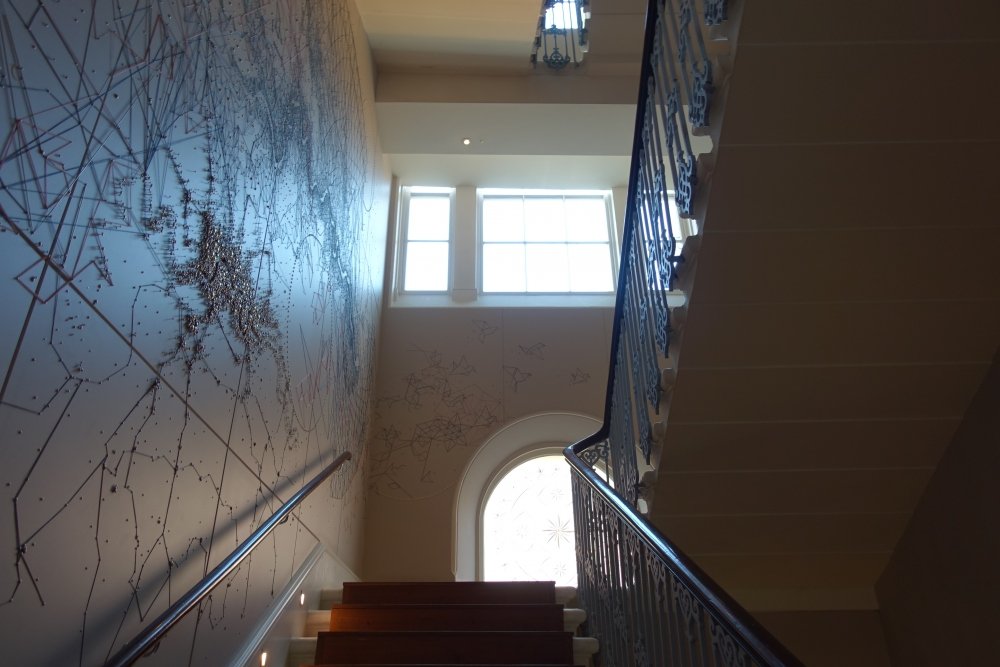 ロンドン・グレートノーザンホテル朝食会場:PLUM&SPILT MILKへと続く階段