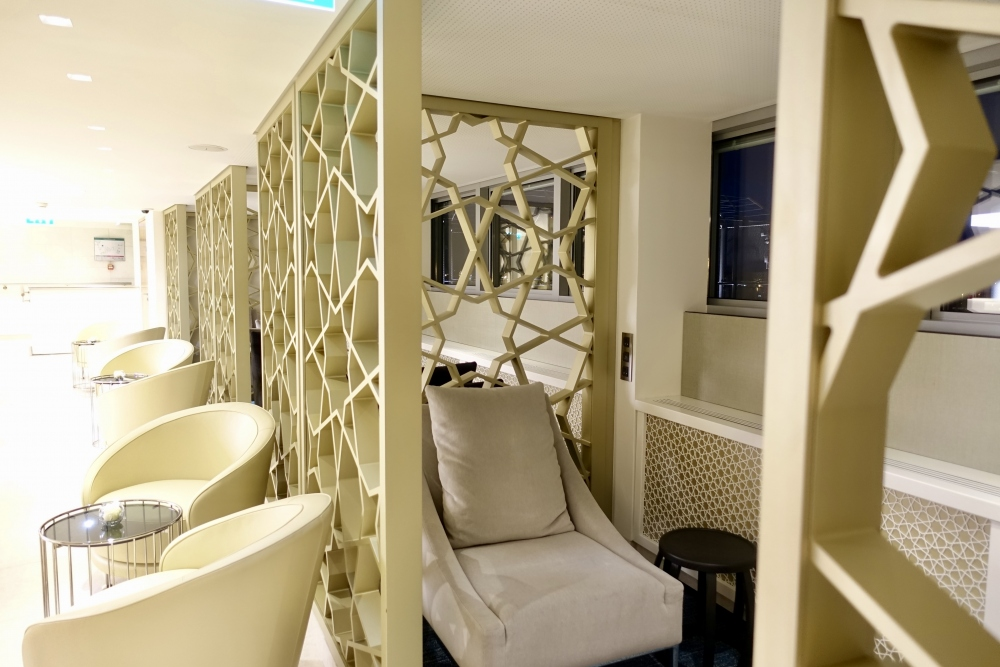 シャルル・ド・ゴール国際空港カタール航空プレミアムビジネスラウンジ中央窓側は半個室タイプのシート