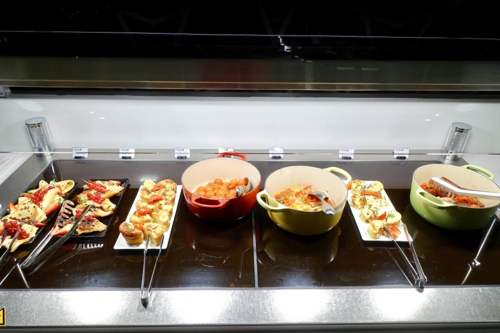 シャルル・ド・ゴール国際空港カタール航空プレミアムビジネスラウンジ・ブッフェカウンターのお料理