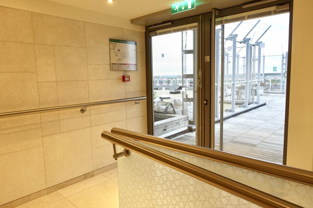 シャルル・ド・ゴール国際空港カタール航空プレミアムビジネスラウンジ・ロビー側テラス入口