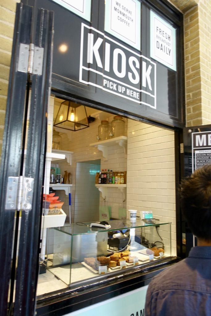 ロンドン・キングスクロス駅KIOSKの店頭