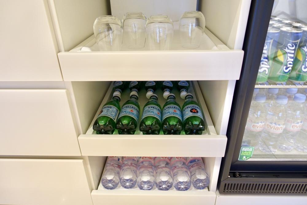 シャルル・ド・ゴール国際空港カタール航空プレミアムビジネスラウンジ・ミニバーには常温の飲み物も