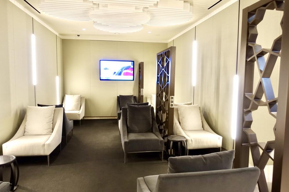 シャルル・ド・ゴール国際空港カタール航空プレミアムビジネスラウンジ中央シーティングエリア