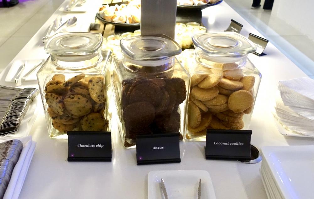 シドニー国際空港ニュージーランド航空ラウンジブッフェ台のクッキー