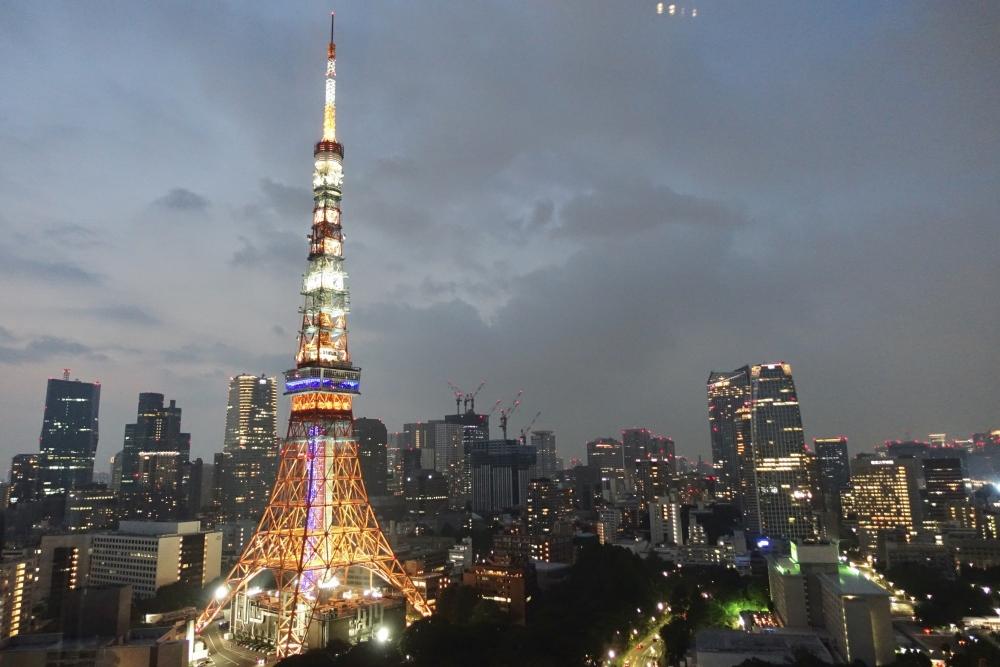 プリンスパークタワーのラウンジから東京タワーを臨む