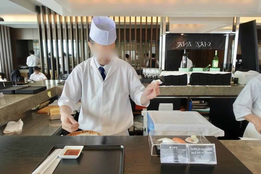成田空港JALファーストクラスラウンジ寿司バーでのデモンストレーション