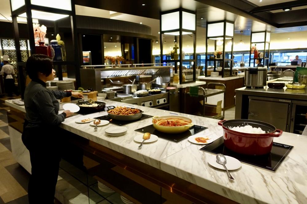 マレーシア航空ゴールデンラウンジブッフェ台のニョニャ料理